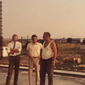 V.l.n.r.: Bauleiter Eschway (Fa. Boswau & Knauer), Bauleiter Kutschera (Arch. Schmitt & Kasimir), Polier Stehmer (Fa. Karl Vetter)
