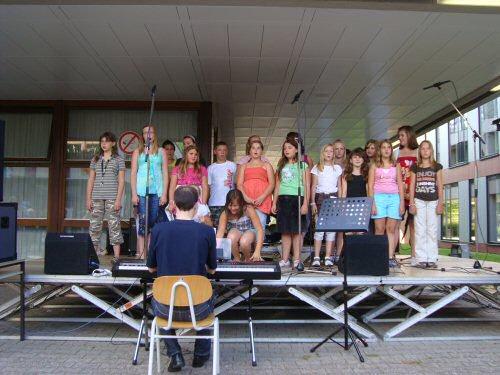 Der Chor singt auf dem Schulfest