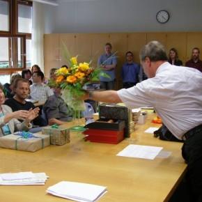 Herr Sonnentag übergibt Blumen