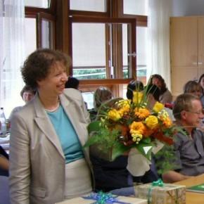 Frau Beust mit Blumen