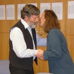 Herzlicher Abschied: Frau Bechtler vom örtlichen Personalrat überreichte das Präsent des Kollegiums
