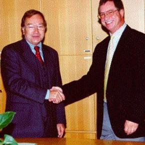 Dr. Wormer vom Oberschulamt (links) wünscht dem neuen Schulleiter Erfolg für seine neue Aufgabe
