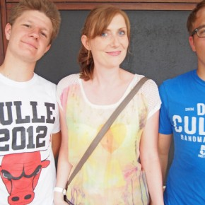 Frau Wettstein mit Bekannten.