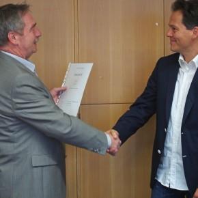Schulleiter Peter Müller ernennt Herrn Michael Beck zum neuen stellvertretenden Schulleiter des Gymnasiums
