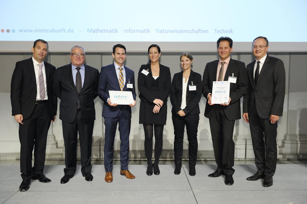 Der stellvertretende Schulleiter, Herr StD Beck, und der für die MINT-Fächer zuständige Abteilungsleiter, Herr StD Uhde, nahmen die Auszeichnung in Stuttgart von Kultusminister Andreas Stoch entgegen. (c) KD Busch