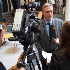 Schulleiter Peter Müller im Interview mit dem Fernsehen