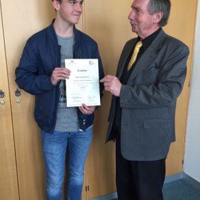 Niklas erhält seine Urkunde