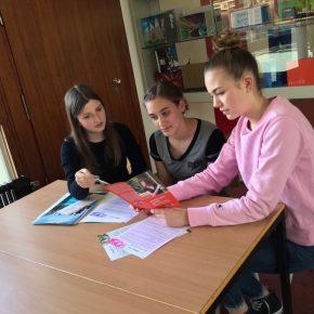 Jule und Emma beraten eine Schülerin