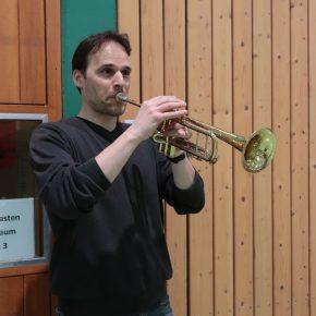 Kommentierte jedes Spiel live auf seiner Tuba
