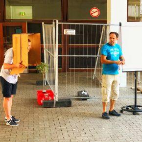 Herr Vogel als Kuckucksuhr und Herr Jutzi mit Schnorres als Peter Müller