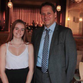 Schülersprecherin Lara Tiedemann und der stellvertretende Schulleiter Herr Beck