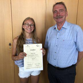 Chiara Seith (9d) und ihr Zertifikat