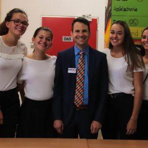 Schülerinnen der SMV mit Herrn Uhde