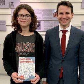 Lisa Herberger und Schulleiter Thorsten Uhde