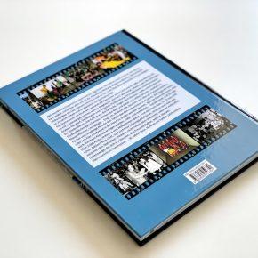 Durch die Rückseite aus gehärtetem Karton lässt sich die Festschrift auch unter eine Leselampe stellen.