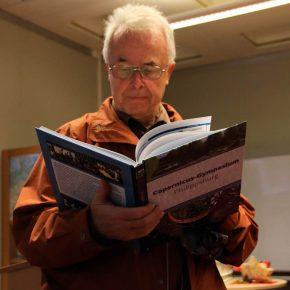 Herr Pawlik, ehemaliger Lehrer, prüft