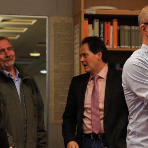 Der ehemalige Schulleiter, Peter Müller, wird von Michael Beck begrüßt