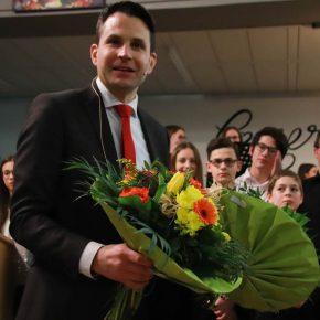 Schulleiter Thorsten Uhde bedankt sich bei allen Beteiligten und beim Publikum