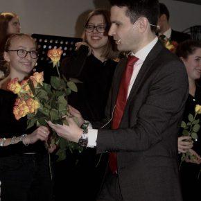 Der Schulleiter, Herr Uhde, überreicht Rosen