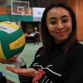 Maria präsentiert den Matchball
