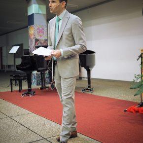 Schulleiter Thorsten Uhde begrüßte und entwickelte den Roten Faden der Entlassfeier