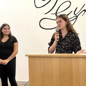 Die stellvertretenden Schülersprecherinnen Suna Özcan und Isabel Geibel