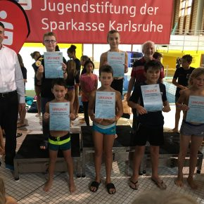 Siegerehrung 50m Brust männlich mit Jonas R und Diego